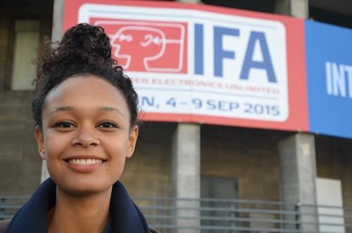 IFA 2015 Dame vor Gebäude