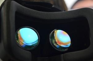 Großaufnahme von Blick durch VR One Brille