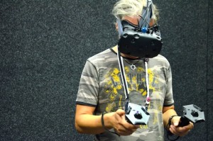 Mann testet HTC Vive
