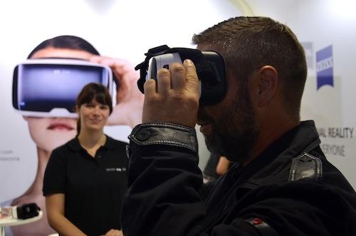 VR One von Zeiss auf dem IFA Messestand mit lächelnder Hostess