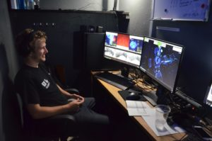 Exit-VR Spielleiter in Kontrollzentrum